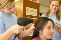 Mezi učebními obory je zájem  o služby. Děvčata chtějí být kadeřnicemi a kosmetičkami. Potom je podmínkou vlastnit živnostenské oprávnění a praxi není snadné získat.