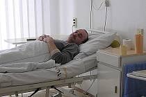 """Osmačtyřicetiletý Jaroslav Fencl se v kladenské nemocnici v těchto dnech léčí po dalším infarktu. """"Myslím, že se o mě starají dobře, ale samozřejmě na JIP je péče ještě lepší. Kdybych mohl něco změnit,  asi by to bylo jídlo."""