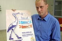 Růžovou nebo modrou? Díky podnikateli Karlu Podrackému už má nejméně tři sta novorozenců z Kladna své první čepičky.