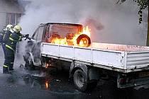 Z hořícího Fordu Transit zbyly jen trosky.