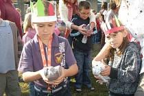 U příležitosti celosvětového dne jazyků děti ze Základní školy v Buštěhradu vypustily holuby s cizojazyčnými vzkazy.