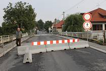 Zavřený most ve Velvarech používají místní na vlastní nebezpečí