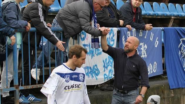 Na závěr podzimní části soutěže na domácím pažitu se přišel rozloučit a poděkovat fanklubu za podporu i Ivan Pihávek // SK Kladno - SK Úvaly 2:0, 2015 A2B - Divize B, 7. 11. 2015