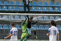 Fotbalová divize, Kladno ( v bílém)- Chomutov. Nebezpečná hlavička Dolechka, u míče byl dřív než brankář Vokoun. Hrdina zápasu