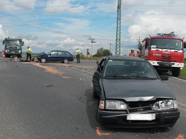 Vážná dopravní nehoda se stala v pátek u Libochoviček. Ženu z felicie vyprošťovali hasiči. Do nemocnice ji transportoval vrtulník.