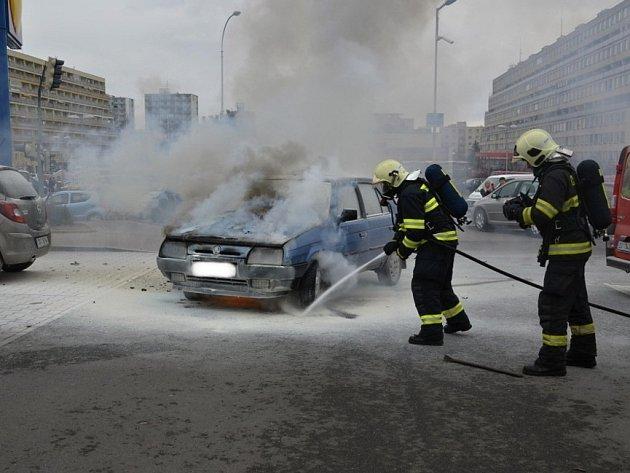 Požár auta v Kladně v Americké ulici