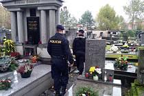 Dušičkové období vrcholí a na hřbitovy míří davy lidí, opatrnost je proto na místě.