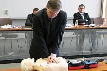 Slavnostní předání nových defibrilátorů.