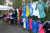 Z VYSTAVENÝCH ŠESTATŘICETI dresů se jich prodalo dvacet.