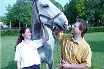 Koně neodmyslitelně patří k životu starosty TJ Sokol Kladno – Jezdectví Josefa Krále.  U bělouše De Vita je s místostarostkou  Kateřinou Chloupkovou.
