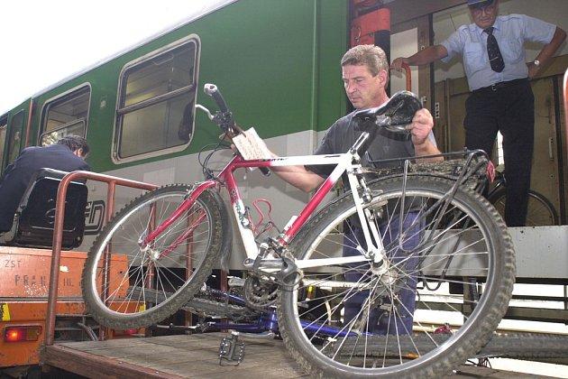 Turistický víkendový vlak z Prahy na okoř, budeč a do Slaného je uzpůsoben na přepravu kol.