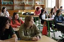 Mnoho středoškoláků netráví konec léta na koupališti, ale nad knihami. Čekají je totiž ještě opravné zkoušky.