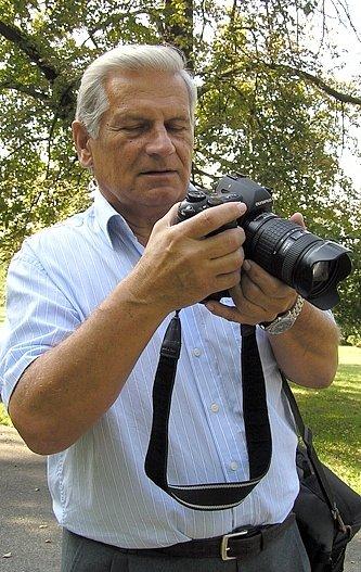 """Fotograf na fotografii. """"Většinou tíhnu spíše k dokumentaristice,  snažím  se, aby práce měly nějakou pointu a byly pro lidi zajímavé,"""" říká Josef Seifert."""