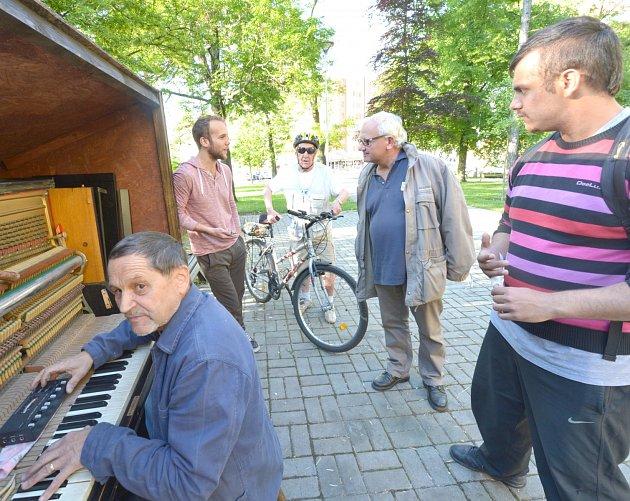 PIANO DALIBOR přijel do Kladna v pondělí odpoledne zdarma naladit známý slánský hudebník a učitel Karol Hevessy.