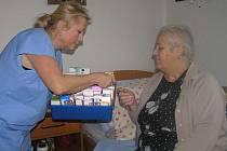 Lidé odkázaní na pomoc druhých budou dostávat menší příspěvek na péči. Změnu přinese novela zákona o sociálních službách, kterou v pondělí odsouhlasila vláda.