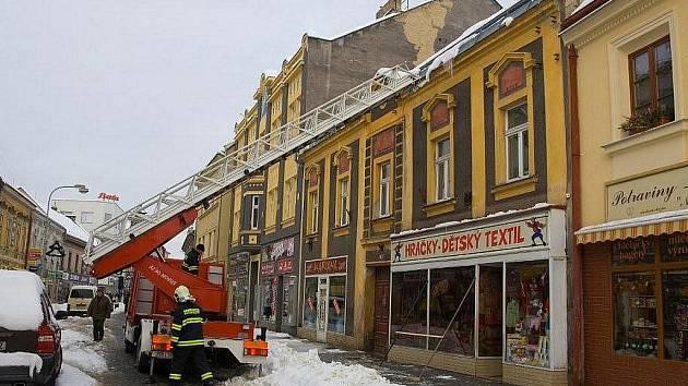 Likvidace sněhu ze střech ve Slaném.