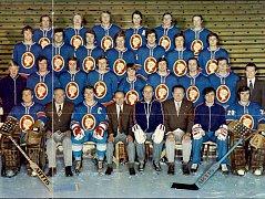 Jubilant Václav Slánský (dole druhý zprava) se slavným týmem SONP Kladno v mistrovské sezoně 1976/77