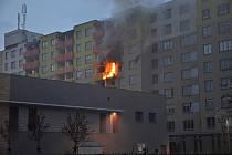 Sobotní ranní požár bytu v paneláku ve Hřebečské ulici 2904 v Kladně.