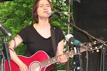 Lenka Dusilová při koncertu u příležitosti jubiljeních narozenin Domova dobré vůle v Nouzově.