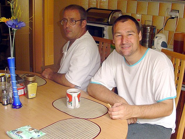 František (vlevo), Karel a další obyvatelé chráněného bydlení přistoupili k novému životu velmi zodpovědně. Každý z nich má v domácnosti nějaký úkol.