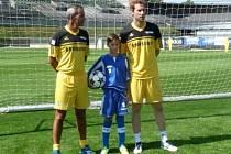 Jirka Hrubeš z SK Kladno ve společnosti veličin fotbalu, brankáře Petra Čecha (vpravo) a trenéra brankářů Chelsea Christopha Lollichona