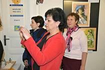 Vernisáž výstavy Lady Doupovcové s názvem Budoucí archaismy ve vstupní chodbě slánské knihovny