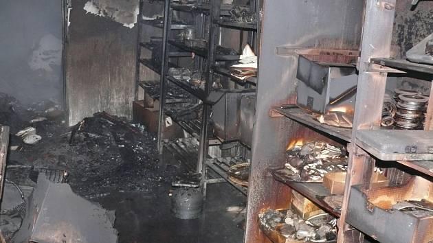 Hasiči likvidovali požár stavebních buněk v Luníkově.