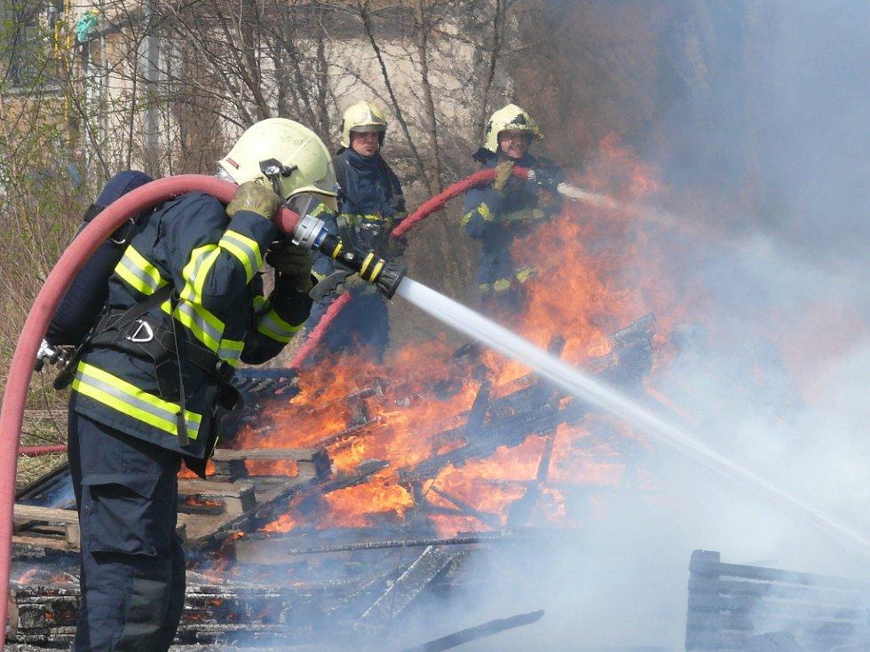 Hasiči likvidovali požár palet v areálu Poldovky.