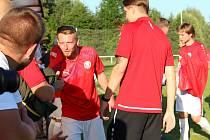 První kolo krajského přeboru: Tuchlovice (v červeném) - Hřebeč 1:0.