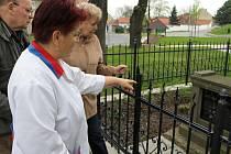 Bedřich Hájek žijící dnes ve Slaném, lékařka Vlasta Kazecká za svobodna Šimralová a Eva Bílková za svobodna Hájková u pomníku obětí.