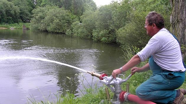 Místní rybáři dopoledne spolu s hasiči okysličovali pomocí proudnice vodu alespoň v části dokesského rybníka.