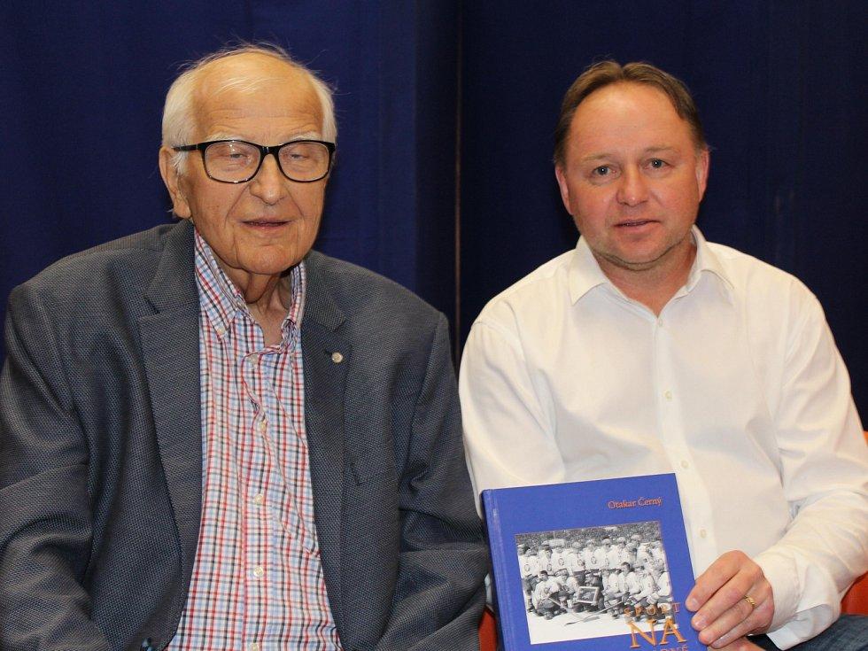 Slavnostní křest knihy Sport na Kladně, jejím autorem je Otakar Černý. Křtil i Pavel Patera