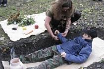 Před dvěma lety si děti mohly vyzkoušet, jaké to je, když ulehnete do pravěkého hrobu.