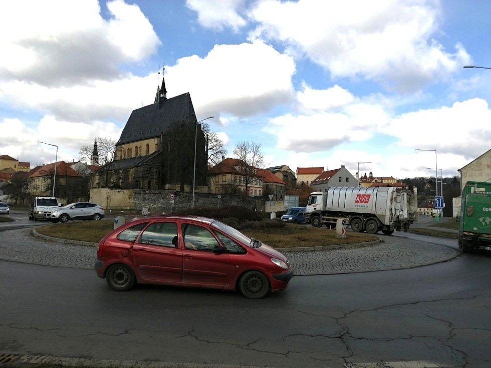 Kruhový objezd ve Slaném.
