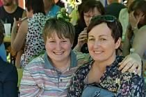 Klienti Zahrady spolu s rodiči, pedagogy a přáteli při zahradní slavnosti v Kladně.