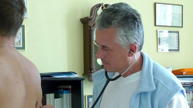 Kladenský lékař Jiří Moravec je stejně jako jeho kolegové nespokojený s platbami pojišťoven. Kvůli tomu se také on dnes připojil k celorepublikovému protestu praktických lékařů.