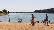 Slaňáci a Kladeňáci se jezdí osvěžit například také do pískovny v Konětopech. Odvážní se koupou i bez plavek.