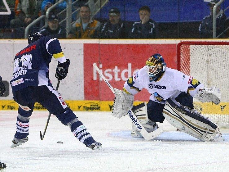 Jan Chábera chytil nájezd Petru Nedvědovi, to byl jeden ze zlomových momentů zápasu.