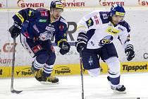 Bývalí spoluhráči Vítězslav Bílek (vpravo) a Jakub Valský při přípravném duelu v Liberci. Teď si zahráli opět pohromadě - hokejbal za Slaný.