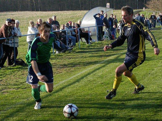 Doksy - Mutějovice 1:1, René Zlata (vlevo) útočí