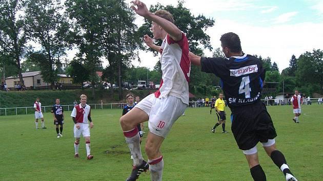 V Kunicích se Kladnu nepovedlo dát gól a prohrálo gólem exkladenského Balšánka (vlevo v pozadí).