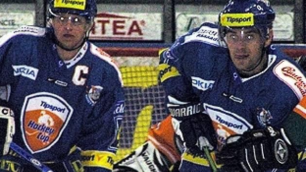 Kladenští hokejisté si včera zastříleli ve velké pohodě, ale zkušené dueo Pavel Patera (vlevo) - Radek Bělohlav vyšlo naprázdno. Oba spíše přihrávali.