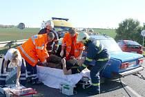 Vážná dopravní nehoda se stala v neděli odpoledne na rychlostní komunikaci mezi Slaným a Lotouší. Peugeot 307 se zde střetl v protisměru s vozidlem Žiguli. Jednoho těžce zraněného museli hasiči vyprostit za pomoci hydraulického zařízení.