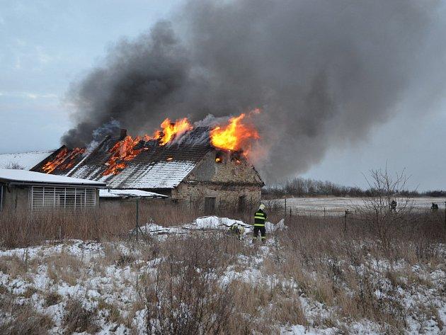 Požár starého statku v Hřebči likvidován ve druhém poplachovém stupni.