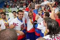 Kladenská radost na MS hokejbalistů, Tomáš Rejthar má trofej nad hlavou.
