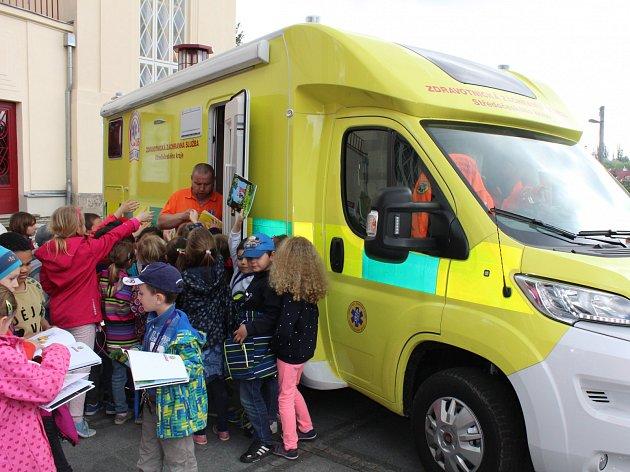 Při oslavách Dne linky 155 si děti mohly prohlédnout vozidla záchranářů, zhlédly také naučné představení zaměřené na záchranu života.