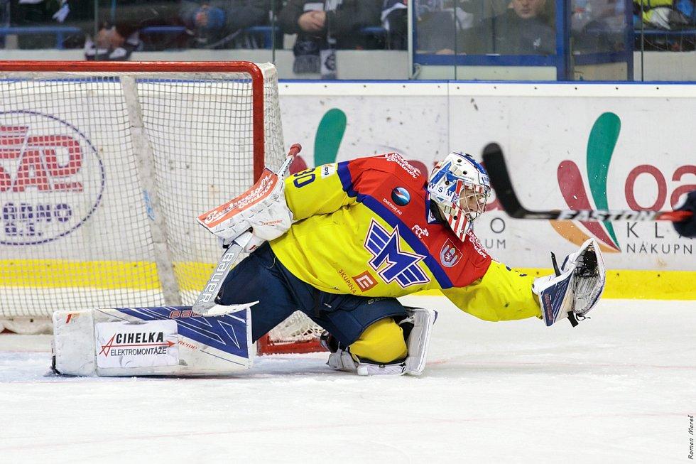 České Budějovice porazily ve čtvrtém zápase série Kladno (v modrém) a snížily stav na 1:3. Brankář Kváča.