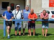 Miroslav Supáček (druhý zleva) slaví šedesátiny. tady je s partou libušínských legend.