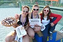 V Kladně na kurtech Vavřince slavily druhé místo Michaela Kroupová (uprostřed) s Lucií Šauerovou (vlevo). Vpravo  je špičková česká beachvolejbalistka Eliška Gálová.