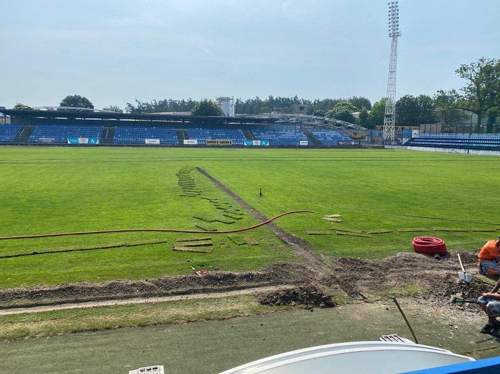 Nový zavlažovací systém na kladenském fotbalovém stadionu.
